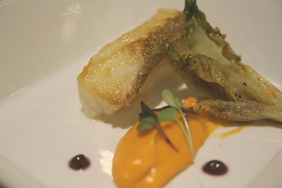 Bacalao confitado con Cogollo de Tudela con vinagreta de trufa y emulsión de tomate