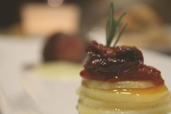 Taco de buey con pimientos de Piquillo, patata a la vainilla y crema de queso del Roncal