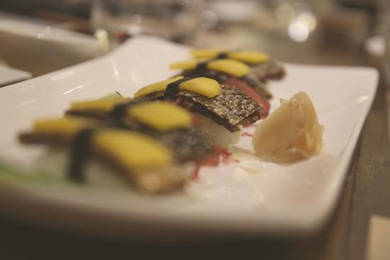Sushi de piel de salmón y mango
