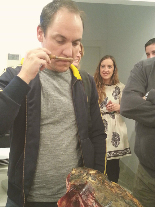 Tokitan catando los diferentes aromas que tiene el jamón 5 Jotas