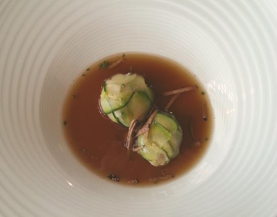 Consomé de temporada con bombón de calabacín relleno de gambas, boletus y tuber uncinatum de Restaurante Baluarte (Soria)