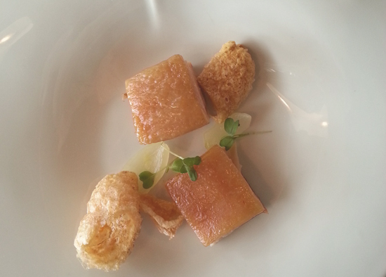 Panceta a baja temperatura con su crujiente y cebolla con sabor a naranja de Restaurante Baluarte (Soria)