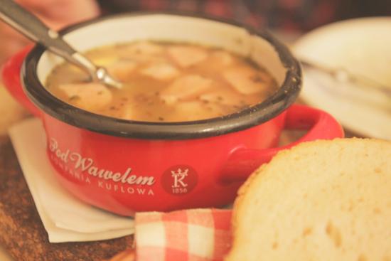Sopa típica de Polonia con salchichas ahumadas del restaurante Pod Wawelem en Cracovia