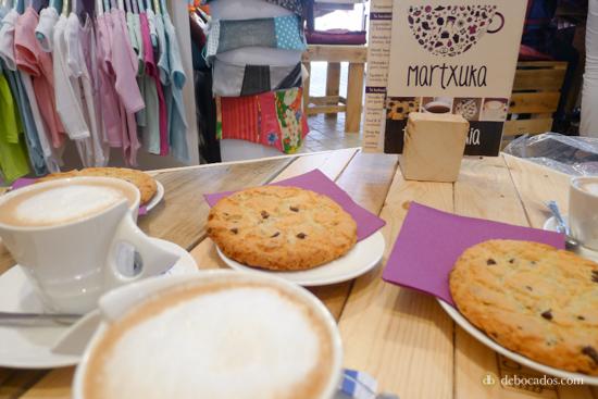 Café y deliciosas cookies para tejer con fuerzas.