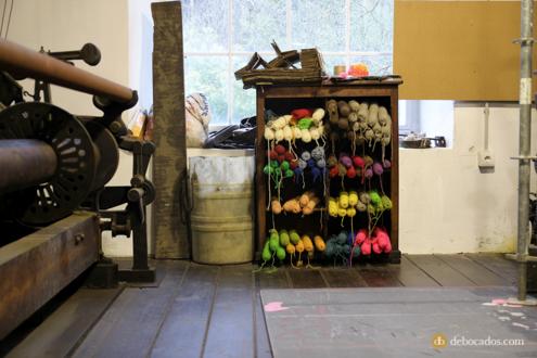 Madejas de lana apiladas en la fábrica-museo Boinas La Encartada en Balmaseda (Encartaciones)