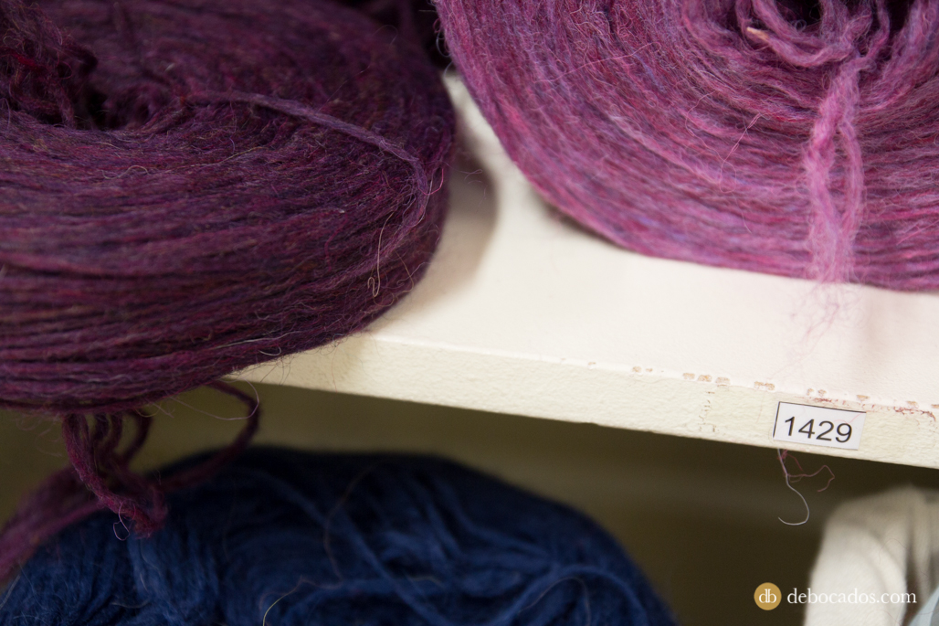 Madejas de lana tintada en Alafoss