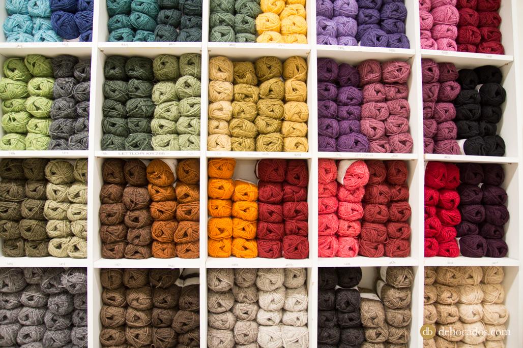 Ovillos de diferentes colores y grosores en las estanterías de Alafoss