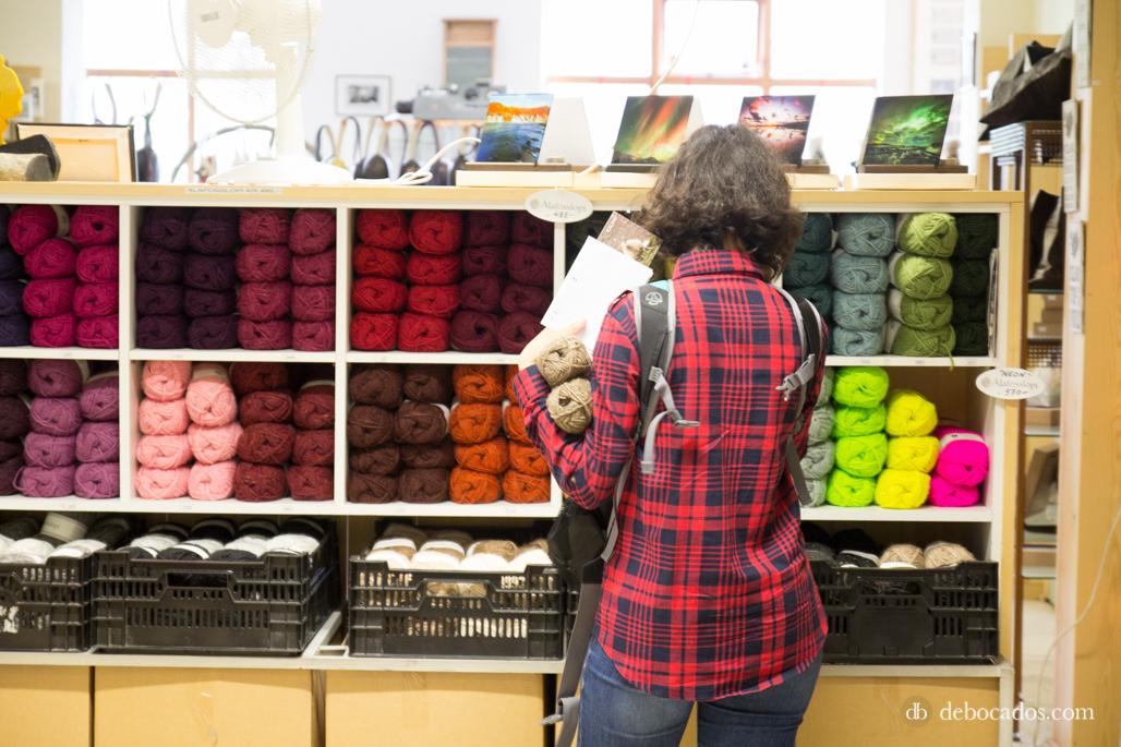 Eligiendo ovillos en la tienda de Alafoss en Islandia