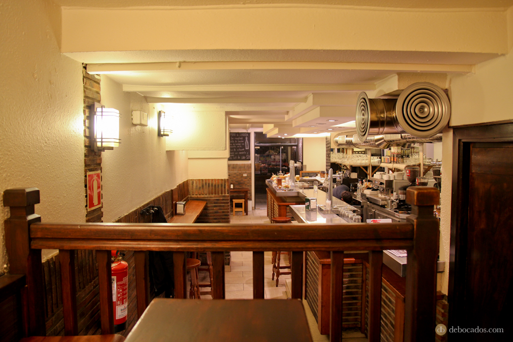 Interior del bar Giroki, desde las mesas de la tarima.