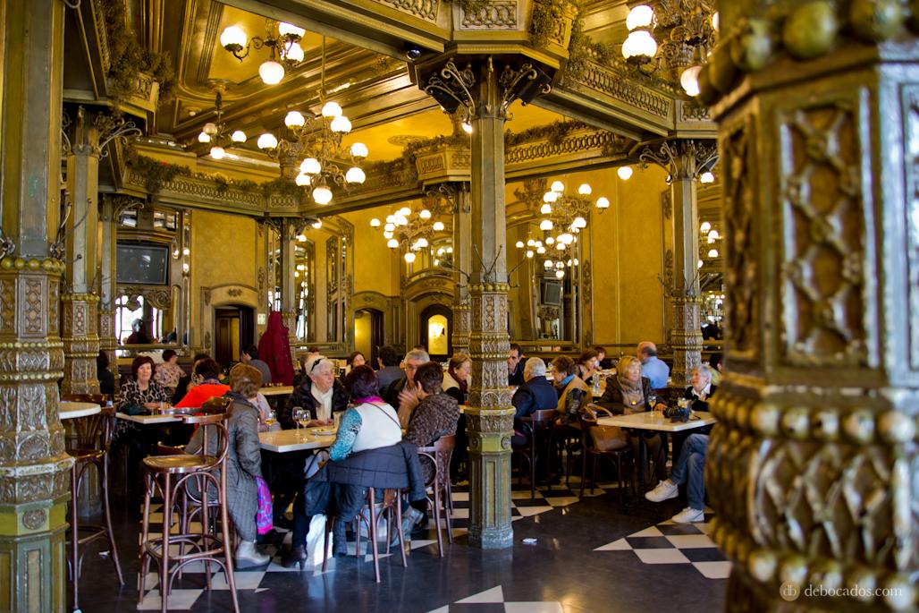 Interior del Café Iruña.