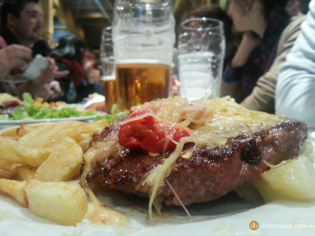 Hamburguesa de carne de buey en Tximiso Taberna