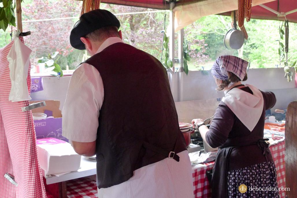Caseros sirviendo talos en la Feria de Plantas de Colección en Iturraran