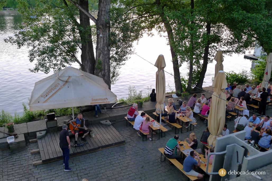 Náplavka, la orilla derecha del río Moldava en Praga