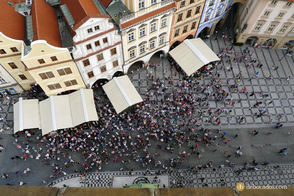 La gente se congrega para ver a los 12 apóstoles del Reloj Astronómico de Praga