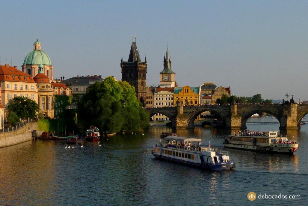 El Puente de Carlos y los barcos de vapor del río Moldava