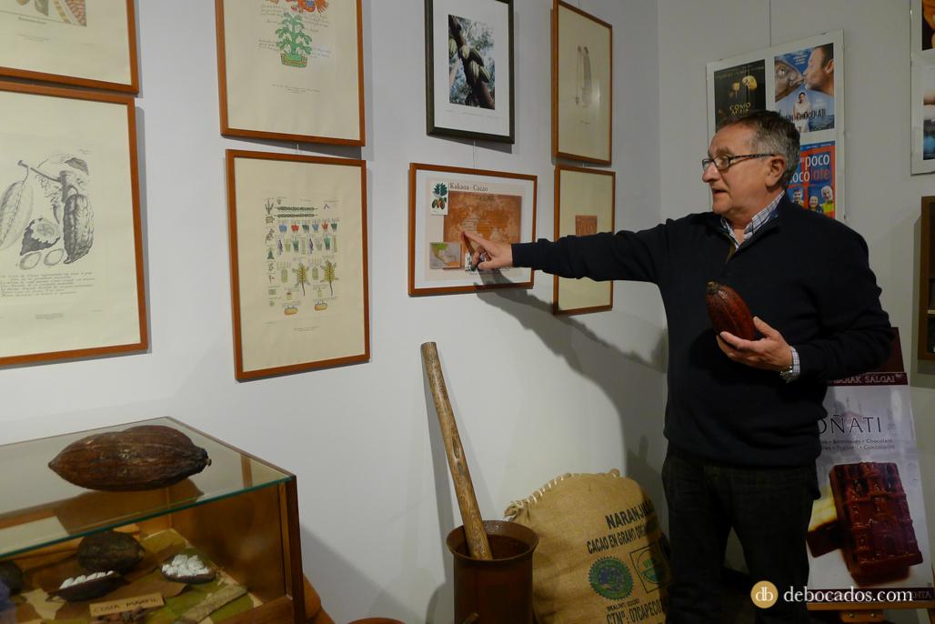 Explicaciones sobre la historia del chocolate en la Chocolatería Museo Txokolateixia de Oñati