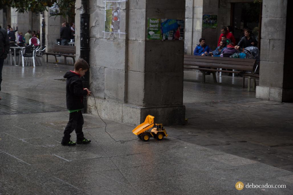 Un niño juega con su camión en la Plaza de Los Fueros de Oñati