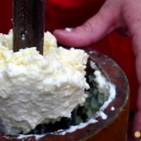 Elaboración de la mantequilla de Soria de forma artesanal en el manzadero, Valdeavellano de Tera