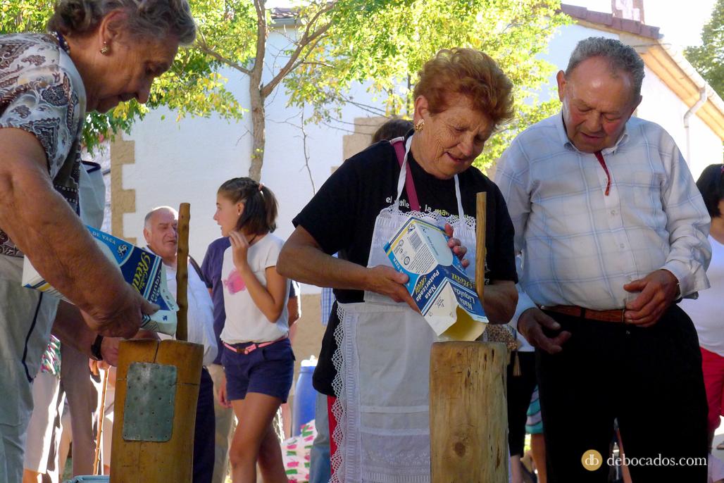 Preparación de los materiales y materias primas para la elaboración de la mantequilla de Soria en Valdeavellano de Tera