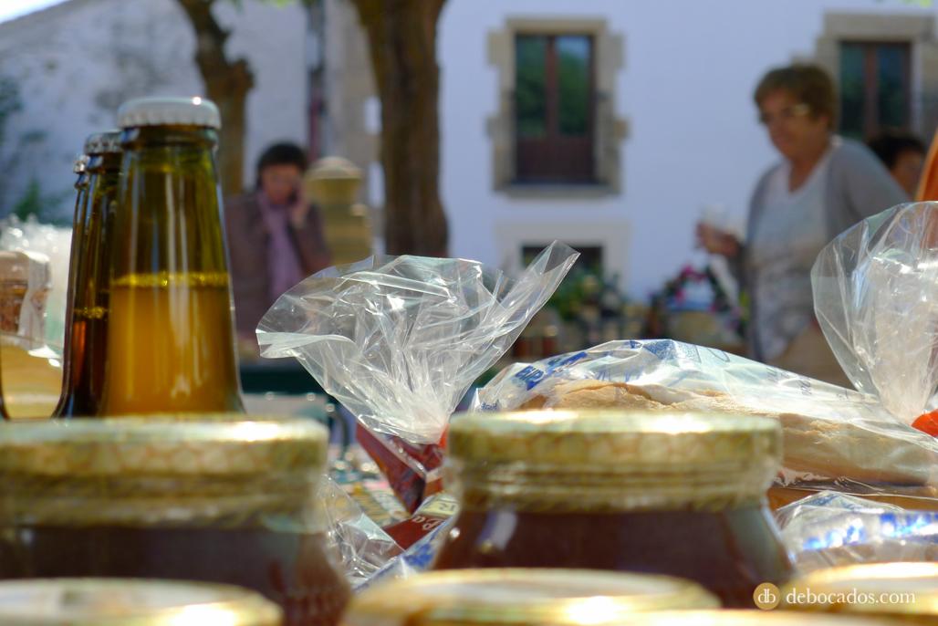 Se colocaron puestos de productos artesanos y artesania para placer de los visitantes que se acercaron a estas II Jornadas de la Mantequilla de Soria