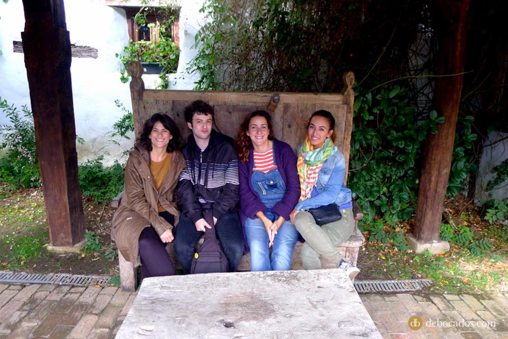 El equipo del blogtrip gastroeuskadi al completo en el restaurante Aspaldiko, en la comarca de Uribe