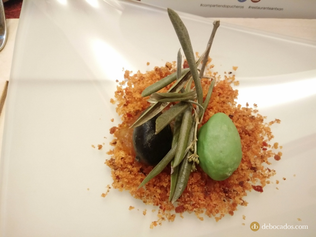 Aceitunas sobre tierra de migas manchegas. Restaurante Antxon en Irun